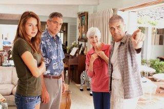 George Clooney in una scena del film The Descendants con Shailene Woodley, Robert Forster e Barbara L. Southern