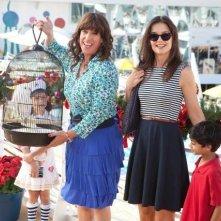 Katie Holmes e Adam Sandler (nei panni di zia Jill) in Jack and Jill con i piccoli Rohan Chand ed Elodie Tougne (seminascosta dietro la gabbietta)