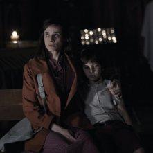 Pilar López de Ayala in una scena di Intruders insieme al piccolo Izán Corchero