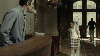 Sleep Tight: Luis Tosar è il portiere di un condominio in una scena del film