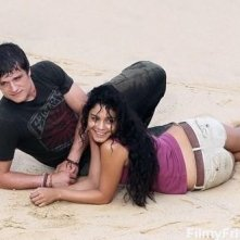 Vanessa Hudgens e Josh Hutcherson sul set sabbioso di Journey 2: The Mysterious Island