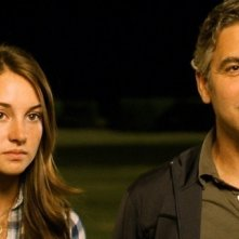 George Clooney in una scena del film The Descendants accanto a Shailene Woodley