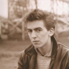 George Harrison in una scena del documentario George Harrison: Living in the Material World