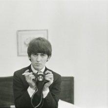 George Harrison: Living in the Material World, George Harrison con la sua macchina fotografica in una scena del film
