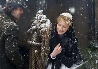 Mia Wasikowska in una scena di Albert Nobbs insieme ad Aaron Johnson