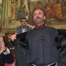 Patrizio Rispo è il sindaco di Napoli, Nicolino Amore, in una scena del film L'era legale