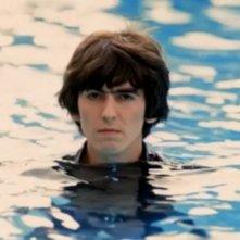 George Harrison in una foto emblematica tratta dal documentario George Harrison: Living in the Material World