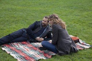 Fabio Volo e Isabella Ragonese chiacchierano su un prato in una scena del film Il giorno in più