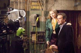 I Muppet: Jason Segel e Amy Adams in una scena del film insieme alla rana Kermit