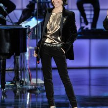 Il più grande spettacolo dopo il weekend, prima puntata: Giorgia con uno smoking in velluto nero in raso e top t-shirt in lurex bronzo della Collezione Gucci Cruise 2012.
