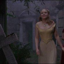 Linda Hayden e Isla Blair in una scena del film Una messa per Dracula