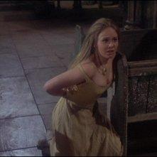 Linda Hayden in una scena del film Una messa per Dracula