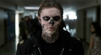 American Horror Story: Evan Peters col make up da scheletro nell'episodio Halloween - part 2 (stagione 1)