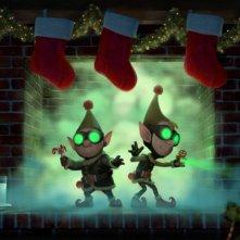 Arthur Christmas: Il figlio di Babbo Natale in 3D, due gnometti natalizi all'opera sotto l'albero