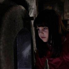 Bailee Madison in una scena del film horror Non avere paura del buio