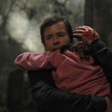 Guy Pearce in una scena di Non avere paura del buio con in braccio la piccola Bailee Madison