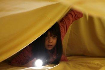 La piccola Bailee Madison protagonista di Non avere paura del buio, in una scena del film