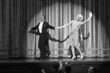 Bérénice Bejo insieme a Missi Pyle sul palcoscenico in una scena di The Artist