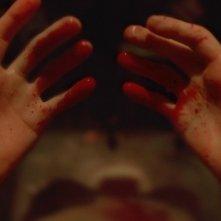 Enter the Void: le mani insanguinate del protagonista in una scena del film