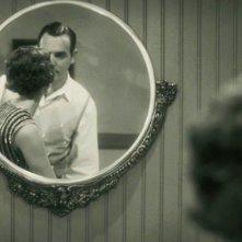 Jean Dujardin e Bérénice Bejo riflessi nello specchio in una scena di The Artist