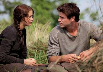 Jennifer Lawrence e Liam Hemsworth in un momento di confidenza in The Hunger Games