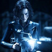 Kate Beckinsale armata fino ai denti in una scena del film Underworld: Il risveglio