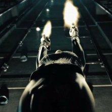 Kate Beckinsale spara in volo in una scena del film Underworld: Il risveglio