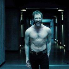 Kris Holden-Ried furibondo in una scena di Underworld: Il risveglio