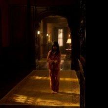 La piccola Bailee Madison in giro per la casa nel film Non avere paura del buio