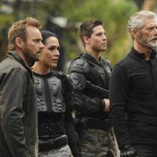 Terra Nova: Simone Kessell, Stephen Lang, Rod Hallet e Dean Geyer nell'episodio Vs.