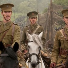 Tom Hiddleston, Patrick Kennedy e Benedict Cumberbatch in una scena di War Horse