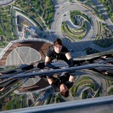 Mission: Impossible - Protocollo Fantasma, una suggestiva immagine di Tom Cruise in azione