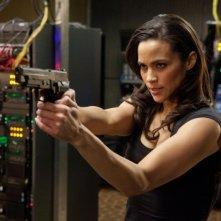 Paula Patton con la sua inseparabile pistola in una scena di Mission: Impossible - Protocollo Fantasma