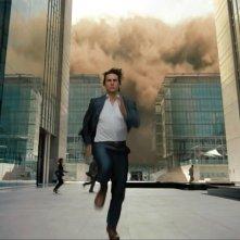 Tom Cruise corre tra i grattacieli in una scena d'azione di Mission: Impossible - Protocollo Fantasma