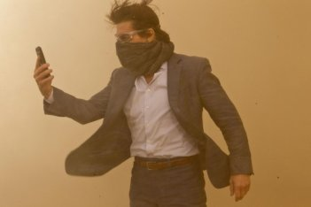 Tom Cruise in una polverosa immagine di Mission: Impossible - Protocollo Fantasma