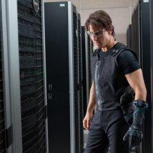 Tom Cruise osserva dei quadri elettrici in una scena di Mission: Impossible - Protocollo Fantasma
