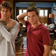 Cambio Vita: Ryan Reynolds con Jason Bateman in un'immagine del film