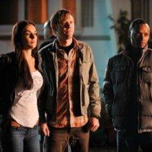 Serinda Swan, Brooke Nevin e Malcolm Goodwin in una scena della serie televisiva I signori della fuga