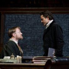 Jared Harris e Robert Downey Jr. in una scena di Sherlock Holmes: Gioco di ombre