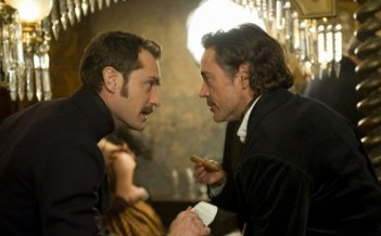 Jude Law e Robert Downey in una scena di Sherlock Holmes: Gioco di ombre