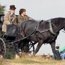Jude Law e Robert Downey Jr. in carrozza sul set di Sherlock Holmes: Gioco di ombre