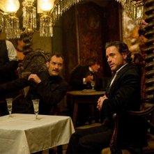Jude Law e Robert Downey Jr. sorseggiano del vino in un'immagine di Sherlock Holmes: Gioco di ombre