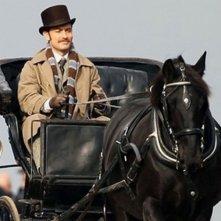 Jude Law in carrozza in una scena di Sherlock Holmes: Gioco di ombre