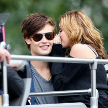 Miley Cyrus bisbiglia all'orecchio di Ashley Greene sul set del film LOL - Solo quando rido