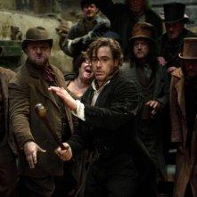 Robert Downey Jr. in azione in una scena di Sherlock Holmes: Gioco di ombre