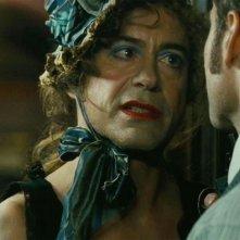 Robert Downey Jr. vestito da donna in una scena di Sherlock Holmes: Gioco di ombre