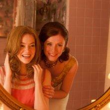 Bryce Dallas Howard si specchia insieme a Emma Stone in una scena del film The Help