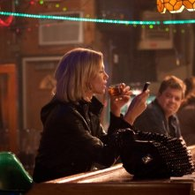 Charlize Theron in una scena di Young Adult insieme a Patton Oswalt