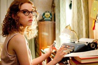 Emma Stone con degli strani occhiali in un'immagine del film The Help
