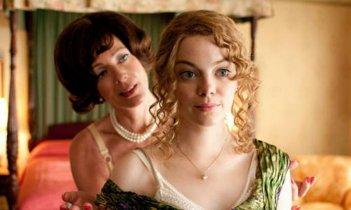 Emma Stone in una scena del film The Help con Allison Janney